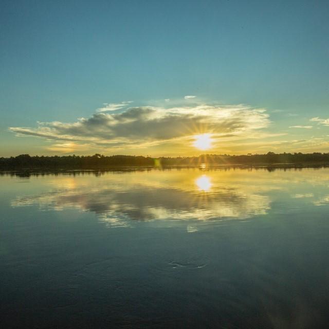 Nuvem refletida no rio - TO - Brasil